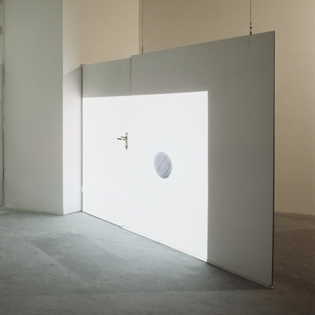 Perpetuum mobile, 2007, videoinstallation, DVD, colour e b/w, mute, 2' 32'', loop, variable dimension. Galerie Mario Iannelli, Berlin, 2011